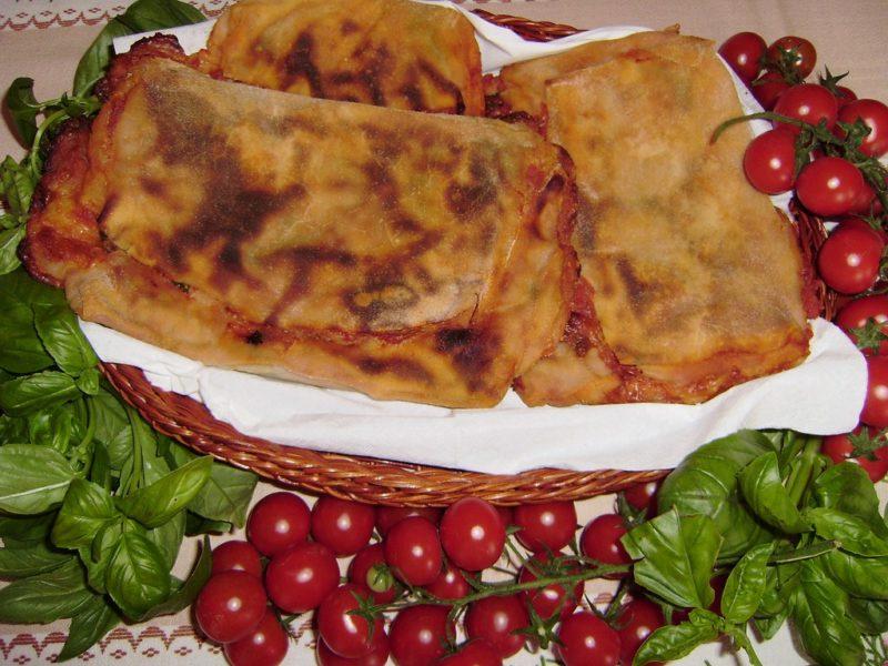 Scacce Ragusane con Pomodoro e Formaggio