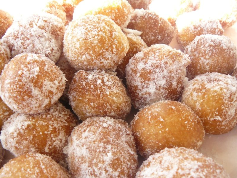Sfinci Siciliane Fritte (frittelle dolci zuccherate)